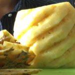 生のパイナップルを美しくらせん状に切って食してみたよ